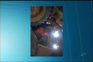 Operário fica preso em rolo compressor de máquina em obra do Cinturão das Águas - Acidente foi na cidade de Barbalha. Homem passa bem.