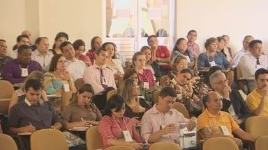 TCU e TCE estão discutindo junto com população e gestores a forma de resolver problemas - USAR CORRETAMENTE O DINHEIRO PÚBLICO E TIRAR PROJETOS DO PAPEL SÃO DESAFIOS EM MUITOS MUNICÍPIOS E ESTADOS. O TRIBUNAL DE CONTAS DA UNIÃO E O TRIBUNAL DE CONTAS DO ESTADO ESTÃO DISCUTINDO JUNTO A POPULAÇÃO E OS GESTORES PÚBLICOS A MELHOR FORMA DE RESOLVER ESSES PROBLEMAS.