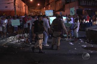 Moradores fazem protesto contra morte de homem em Salvador - No Cabula, houve também uma passeata pela paz que lembrou uma mulher morta durante uma troca de tiros entre policiais e suspeitos.