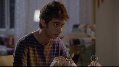 João sugere que Dandara convide Gael para jantar - Pensando em se aproximar de Bianca, o menino incentiva a mãe a convidar o namorado e as filhas dele