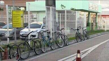 Grupo é autuado por atravessar Terceira Ponte pedalando, no ES - Ciclistas alegam que ônibus que faz transporte de bicicletas não passou. Ceturb alega que não houve nenhum problema ou alteração na linha.