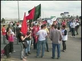 Manifestação de pequenos agricultores fecha BR-116 nos dois sentidos - Manifestação de pequenos agricultores fecha BR-116 nos dois sentidos