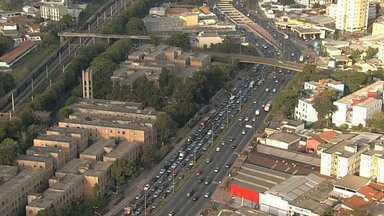 Motoristas enfrentam trânsito lento na Av. Tereza Cristina, em BH - Trânsito está lento no sentido Centro.
