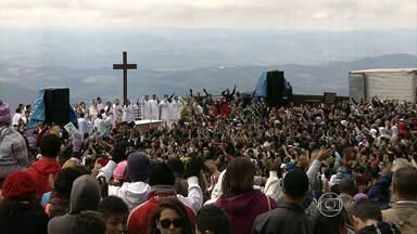 Católicos celebram nesta sexta-feira a Assunção de Nossa Senhora - O dia 15 de agosto é considerado pela Igreja Católica data em que a Virgem Maria subiu aos céus. Jovens participaram de peregrinação na Serra da Piedade, em Caeté, na Região Metropolitana de Belo Horizonte.