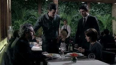 José Alfredo elogia a entrada servida no restaurante de Enrico - Vicente garante que Maria Clara e o pai vão adorar o prato principal