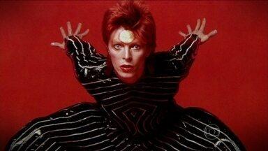 David Bowie completa 45 anos de carreira em constante mutação - Não por acaso, David Bowie é conhecido como o Camaleão. Em um estado de inquietação permanente, tudo o que se espera de um mega astro de rock, sua música e sua figura estão em constante mutação. Elegante, bonito e andrógino, o senhor de 67 anos.