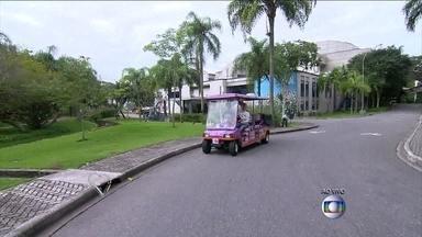 Dirigindo carrinho do Projac, Ana Maria volta para a Casa de Vidro - Apresentadora mostra caminho novo e passa pelos estúdios do BBB