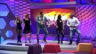 """Latino agita a gravação do Corujão com faixas do novo CD e música famosa - Cantor anima o programa com as músicas """"Ficha rosa"""", """"James bom de cama e """"Dança Kuduro""""."""