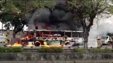 Ônibus pega fogo na Avenida Francisco Bicalho - Imagens mostram que a fumaça podia ser vista de longe. O ônibus pegou fogo na altura da Leopoldina. Ninguém ficou ferido.