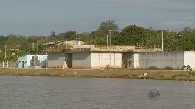 Sem água no reservatório, casas são abastecidas com caminhões-pipa em Vargem Grande do Sul - Sem água no reservatório, casas são abastecidas com caminhões-pipa em Vargem Grande do Sul
