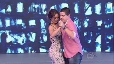 Nakamura dança forró com produtor do Domingão - Os dois arrasaram ao demonstrar dança para o apresentador