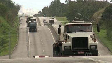 Pesquisadores de SC testam novo modelo de pesagem de caminhões - O objetivo é identificar quem não respeita o limite de carga. O excesso de peso dos caminhões é a maior causa de danos em rodovias.