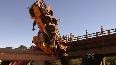 Operários sofrem acidente em obra de construção de ponte na GO-020 - Um acidente na construção de uma ponte sobre o Rio Meia Ponte, na GO-020, entre Goiânia e Bela Vista de Goiás, matou um operário da obra por volta de 9h desta quinta-feira (21), segundo o Corpo de Bombeiros.