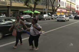 Pedestres colocam vida em risco ao caminhar pelas ruas em Salvador - Mesmo com as calçadas vazias, muita gente tem o hábito de andar entre os carros.