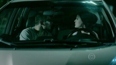 Du convence João Lucas a esperar para tentar descobrir quem é a amante de seu pai - Enquanto isso, José Alfredo e Maria Isis se amam