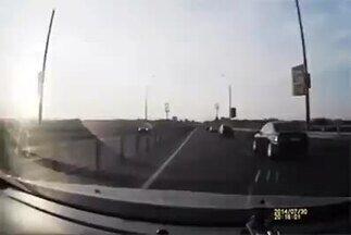 Detetive Virtual investiga acidente de moto - Um vídeo que está fazendo sucesso na internet mostra um motociclista que fica de pé sobre o capô de um carro após uma batida com sua moto. O Detetive Virtual foi investigar.