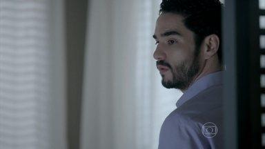 José Pedro tenta conter planos de mudança de Danielle - Ele pede para participar da obra do apartamento do casal e fica apreensivo quando pensa em como irá contar a notícia para Maria Marta