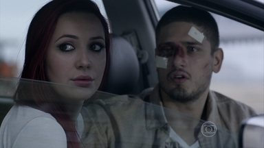 João Lucas e Du veem José Alfredo e Kelly entrando no prédio de Isis - O filho do Comendador acredita que Kelly é a amante do pai