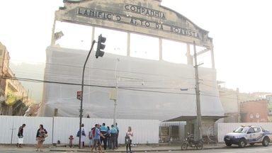 Implosão de prédio na Mangueira deve interromper a circulação de trens na região - Também haverá alterações no trânsito na manhã deste domingo (24). Cem quilos de dinamite serão usados na implosão do prédio de uma antiga fábrica de tecidos. A construção é da década de 1950 e está abandonada há 17 anos.