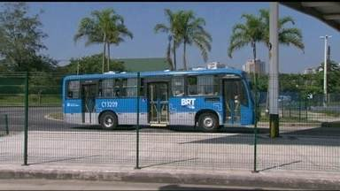 Nove linhas alimentadoras do BRT Transcarioca entram em funcionamento na segunda (25) - Duas das novas linhas passam a ter integração no Terminal Alvorada, na Barra. Elas vão substituir antigos ônibus convencionais que deixam de circular ou que terão as viagens reduzidas. A mudança é mais uma etapa de reestruturação do transporte.