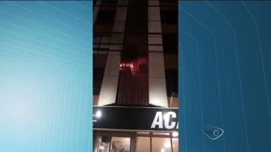 Quarto pega fogo e hotel é evacuado em Vitória - Segundo o Corpo de Bombeiros, fogo começou no ar condicionado. Ninguém estava no quarto no momento do incêndio.
