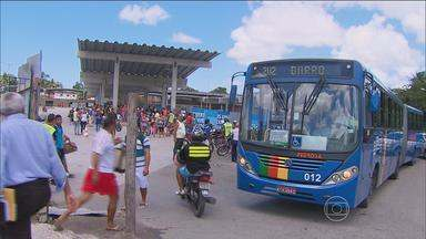 Estudante toma três ônibus diariamente entre Igarassu e Jaboatão, Grande Recife - Rotina foi afetada pela greve surpresa dos rodoviários.