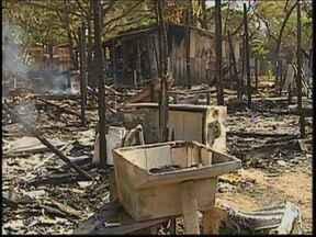 Incêndio atinge barracos da favela do Jardim Europa em Bauru - Um incêndio destruiu quatro barracos da favela na noite de sexta-feira (22), no Jardim Europa, em Bauru (SP). A polícia investiga como o fogo teria começado. Dois cachorros morreram atingidos pelas chamas.