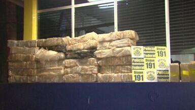Polícia Rodoviária Federal apreende mais de 800 quilos de maconha - A droga estava escondida em dois carros.