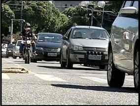 Muitos motoristas de Valadares contribuem para o caos no trânsito - Circular na área Central da cidade tem sido um desafio para motoristas e pedestres.