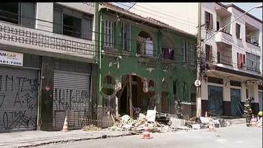 Explosão em São Paulo fere dez pessoas - Informação é de que uma tubulação de gás explodiu bem em frente a uma pensão. A fachada ficou parcialmente destruída. Os dez feridos foram levados para o hospital e quatro deles estão em estado grave.