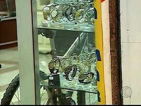 Ladrão rouba joalheria, atira em gerente e foge em Patos de Minas - Assalto ocorreu na tarde desta sexta (22), na região central da cidade. Câmeras de segurança registraram ação e PM aposta em mais suspeitos.