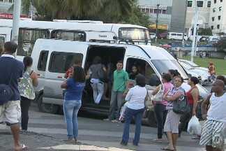 Vans clandestinas 'disputam' passageiros com ônibus em pontos de Salvador - Alguns desses veículos irregulares circulam até com as portas abertas.