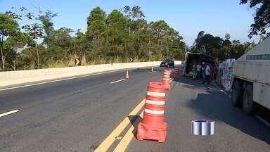 Acidente complicam trânsito na Oswaldo Cruz e Tamoios - Duas rodovias que levam ao litoral registraram acidentes neste sábado (23).