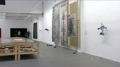 Exposição Travessias colore o Complexo da Maré - Neste sábado (23) o Complexo da Maré ganhou novas cores. É a Exposição Travessias, que apresenta trabalhos de artistas plásticos conhecidos no mundo todo.