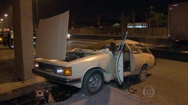 Homem morre em grave acidente na Avenida Brasil - O acidente aconteceu na pista sentido Centro, na altura de Benfica. O motorista perdeu o controle da direção, subiu a mureta e bateu na pilastra de uma passarela. Ele morreu na hora. O homem ainda não foi identificado.