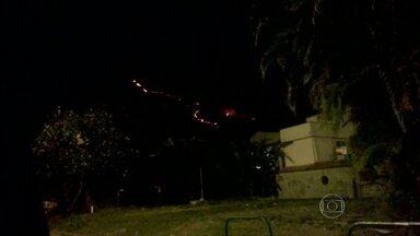 Incêndio atinge o Parque Estadual da Pedra Branca - O fogo começou na tarde de domingo (25) e ainda não foi controlado A suspeita do corpo de bombeiros é que um balão tenha provocado o incêndio.