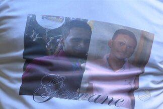 Corpo de jovem desaparecido após abordagem policial é enterrado no interior - Enterro de Geovane Santana foi marcado pela presença de muitos amigos e familiares.