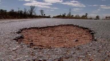 Asfalto irregular da DF-001 representa risco para motoristas - A DF-001, via que faz um contorno na parte interna do Distrito Federal, com 150 km de extensão, está em situação precária. As condições do asfalto e a falta de acostamento são as principais reclamações.