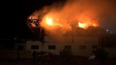 Incêndio atinge barraca na Praia do Futuro, em Fortaleza - Incêndio começou por volta das 18h do último sábado.