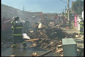 Incêndio destrói fábrica em Itaquaquecetuba - 50 homens do Corpo de Bombeiros trabalharam no combate as chamas na fábrica de isopor no bairro Monte Belo.