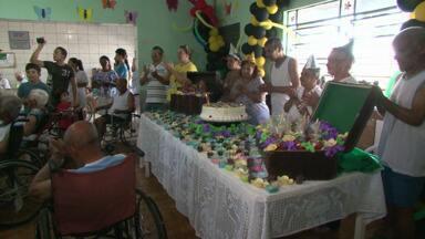 Festa de aniversário para todos os idosos anima Lar Vicentino em Paranavaí - A festa foi organizada por um grupo de voluntários de uma igreja evangélica. Boa parte dos idosos não sabe a data do aniversário e aproveitou para comemorar.