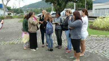 Reforma em escola gera queixas em Angra dos Reis, RJ - Alunos foram alocados em outras unidades de ensino, e pais reclamam da distância do novo trajeto.