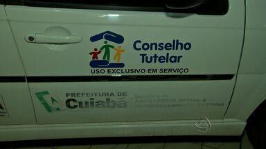 Polícia analisa imagens de segurança para identificar mãe que abandonou bebê em Cuiabá - A Polícia Civil analisa as imagens para identificar a mãe que abandonou um bebê em Cuiabá.