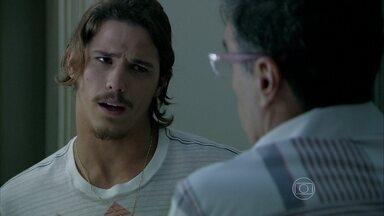 Robertão consegue seduzir Téo novamente - Enquanto isso, Leonardo se prepara para o teste com diretor de cinema