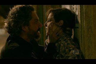 Zé Alfredo ameaça matar Cora se ela revelar o caso dele com Maria Isis - Megera faz um escândalo ao ser agarrada pelo Comendador