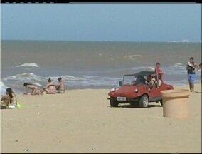 Carros tomam conta de praias de São João da Barra, RJ, e põem banhistas em risco - Motoristas circulam na areia das praias do município.