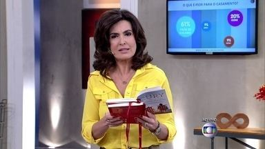 Fátima lê uma das regras de felicidade escritas por Augusto Cury - 'Alguns casais não sobrevivem 10 anos', alerta o escritor