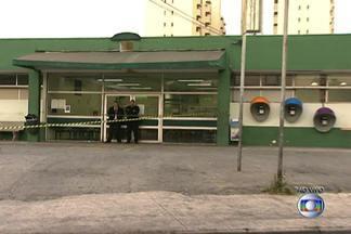 Vazamento de oxigênio líquido provoca explosão na porta de pronto-socorro - Um incêndio atingiu veículos nas imediações do Pronto-Socorro Municipal 21 de Junho, na Freguesia do Ó, Zona Norte de São Paulo, e forçou a retirada de pacientes do prédio na noite desta segunda-feira (25). Não há feridos, segundo a Santa Casa, que administra o complexo hospitalar.