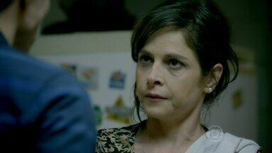 Cora faz insinuações sobre Cristina e Vicente para Fernando - Fernando fica furioso ao saber que Cristina pode estar interessada em outro rapaz