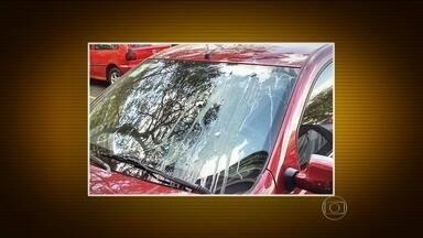 Falta de estacionamento causa briga entre vizinhos no DF - É um problema nas grandes cidades brasileiras. Está cada vez mais difícil estacionar. Na capital federal, é um carro para menos de duas pessoas. E tem gente transformando área pública em vaga particular.